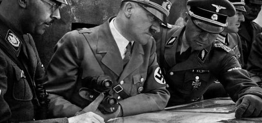 1939, Adolf Hitler et le Reichsführer-SS Heinrich Himmler se font expliquer une carte par un SS-Standartenführer